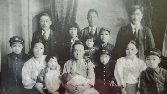 원폭 피해자 조옥이(80ㆍ여)씨가 5살 무렵 일본 히로시마에서 찍은 가족사진. 왼쪽에서 두번째가 조씨의 어머니고, 그 위가 조씨의 아버지다. 어머니에게 안겨 있는 아이가 조씨다. [조옥이씨 제공]