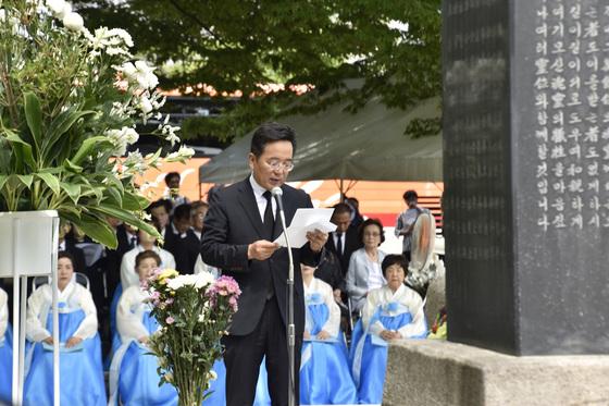 2차대전 당시 강제연행 등으로 일본에 끌려와 히로시마(廣島) 원폭 투하로 희생된 한국인들을 추모하기 위한 위령제가 5일 히로시마 평화기념공원에서 열리고 있다. 사진은 히로시마 원폭투하 72년을 하루 앞두고 평화기념공원내 한국인원폭희생자 위령비 앞에서 열린 위령제에서 서장은 총영사가 추도사를 하고 있다. [주히로시마 총영사관 제공=연합뉴스]