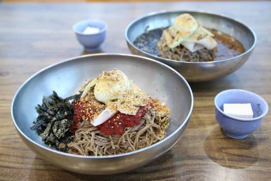강원도 강릉으로 여름 휴가를 떠난다면 특허받은 막국수, 두부 막국수를 맛보길 권한다. 두부로 유명한 초당마을에서만 먹을 수 있는 메뉴다.