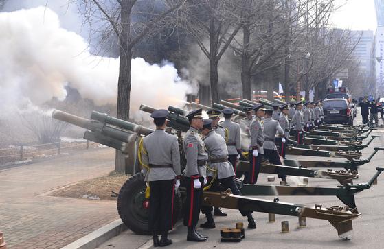 2013년 2월 박근혜 전 대통령 취임식에서 의장병이 예포 21발을 발사하고있다. [사진공동취재단 ]
