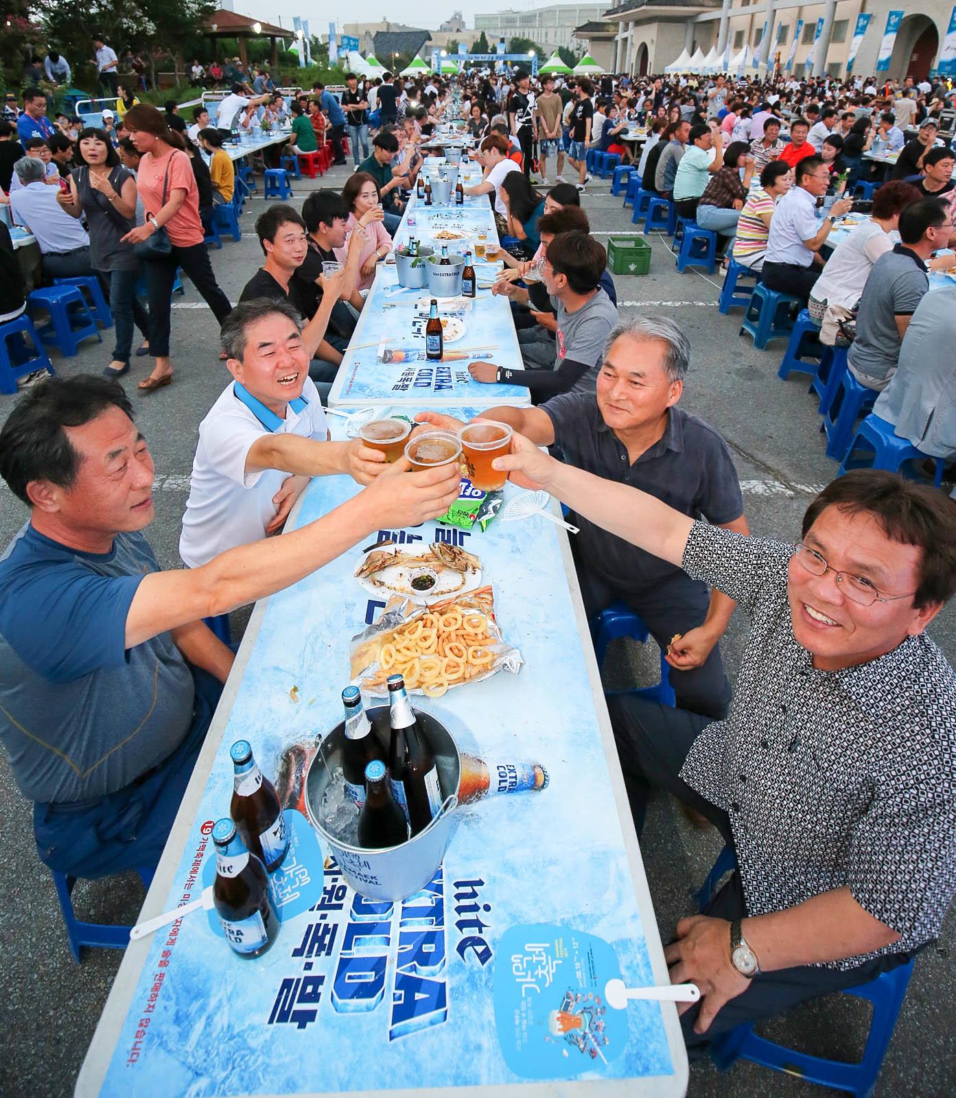 10일 전북 전주종합경기장 주차장 일원에서 열린 가맥축제에서 참가자들이 건배하고 있다. 프리랜서 장정필