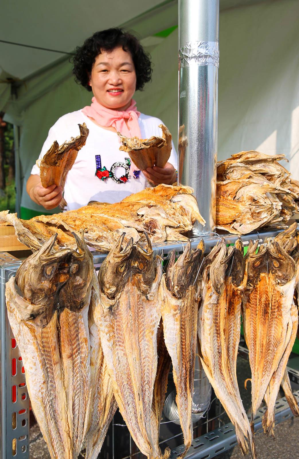 10일 전북 전주종합경기장에서 열린 가맥축제에 참여한 한 업체에서 황태를 팔고 있다. 프리랜서 장정필