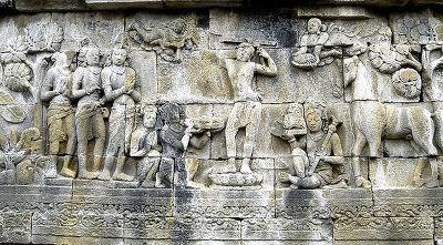 칼로 자신의 머리카락을 자르고 있는 싯다르타의 왕자의 모습이다. 주위에는 천신들의 모습이 보인다.