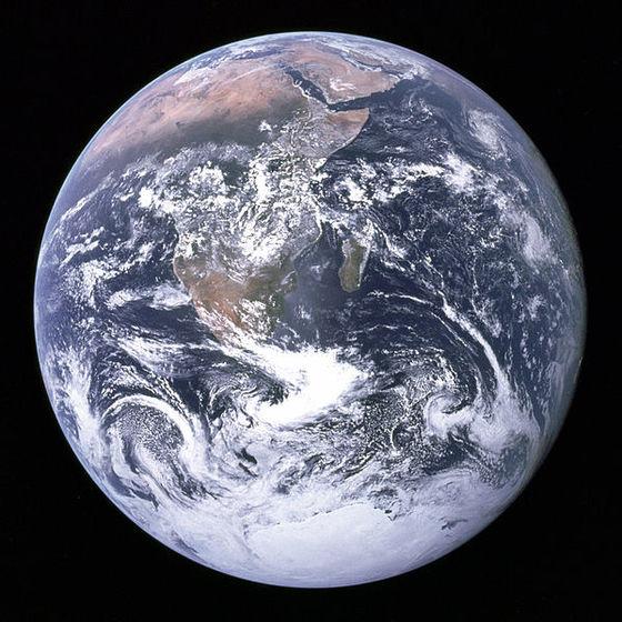 인공위성에서 찍은 지구의 모습. 생명체가 없었다면 지구의 대기 성분이 지금과 달랐을 것으로 가이아 이론은 말하고 있다. [사진 NASA]