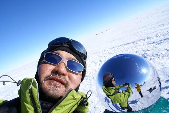 2007년 남극점을 표시하는 원구를 배경으로 찍은 인증 사진. [사진 장영복]