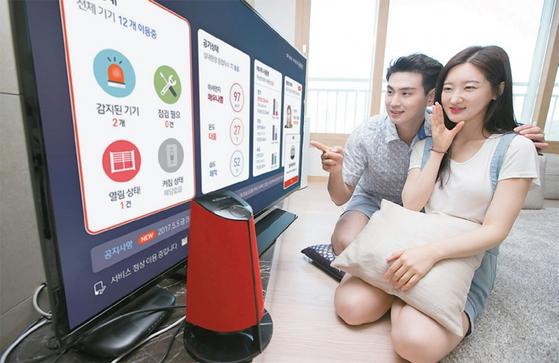 KT의 '기가지니 아파트' 플랫폼이 적용된 AI 아파트는 음성을 인식해 집 안팎을 제어한다. [사진: KT]