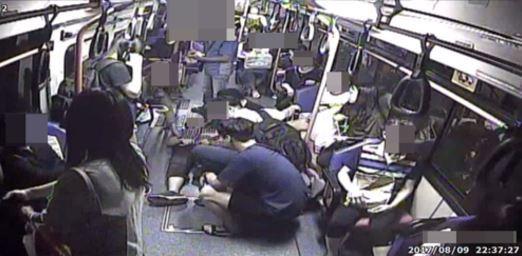 지난 9일 오후 경남 창원에서 운행 중이던 110번 시내버스 안에서 갑자기 쓰러진 20대 남성을 승객들이돌보고 있다. 이 남성은 운전기사와 승객들의 도움으로 병원으로 옮겨져 치료를 받았다. [사진 대중교통]