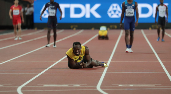 Jamaican Usain Bolt lies in pain during the Men&#39;s 4 x 100 Metres Relay at the 2017 IAAF World Athletics Championships at the Olympic Stadium, London on August 12, 2017. Bolt cramped and failed to finish in his last race before retirement.  Photo by Hugo Philpott/UPI/2017-08-13 08:43:15/<저작권자 ⓒ 1980-2017 ㈜연합뉴스. 무단 전재 재배포 금지.>