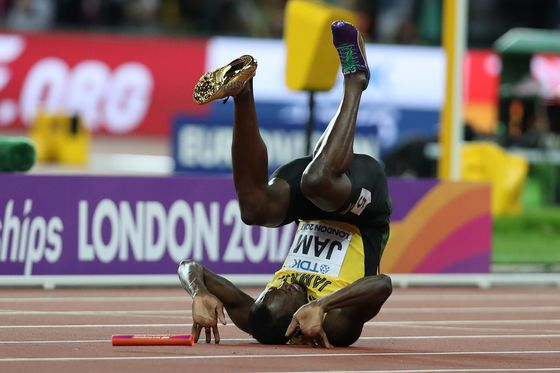 Jamaica's Usain Bolt falls after injuring himself in the final of the men's 4x100m relay athletics event at the 2017 IAAF World Championships at the London Stadium in London on August 12, 2017. / AFP PHOTO / DANIEL LEAL-OLIVAS/2017-08-13 07:26:01/&nbsp;<저작권자 ⓒ 1980-2017 ㈜연합뉴스. 무단 전재 재배포 금지.>