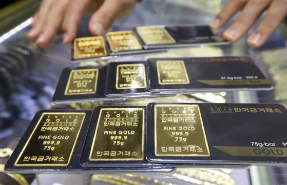 &#39;미니 골드바&#39; 판매량 급증 이유는?&nbsp;  (서울=연합뉴스) 박동주 기자 = 도널드 트럼프 미국 대통령과 북한 관영매체가 연일 고강도 &#39;말 폭탄&#39;을 쏟아내면서 &#39;한반도 8월 위기설&#39;이 확산하자 미니 골드바(Gold Bar) 판매가 급증하고 있다. 한국금거래소에 따르면 평소 하루 평균 50개 정도 팔리던 100g 단위 미니 골드바가 지난 9일부터는 하루 평균 250개 안팎씩 판매되고 있다. 사진은 13일 서울 종로구 한국금거래소. 2017.8.13&nbsp;  pdj6635@yna.co.kr&nbsp;(끝)&nbsp;<저작권자(c) 연합뉴스, 무단 전재-재배포 금지>