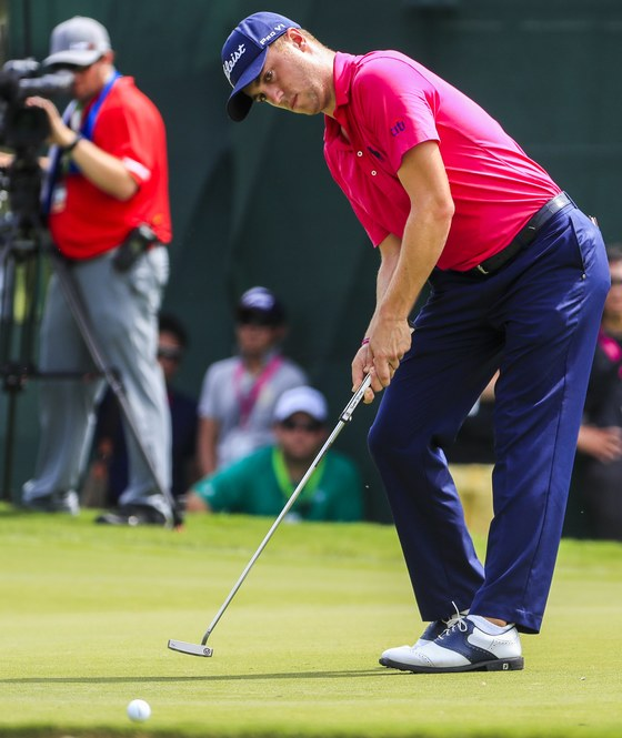 epa06143077 Justin Thomas of the US reacts as he misses a birdie putt on the fourth green during the fourth round of the 99th PGA Championship golf tournament at Quail Hollow Club in Charlotte, North Carolina, USA, 13 August 2017. EPA/TANNEN MAURY