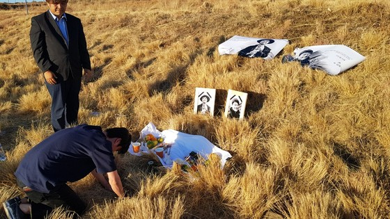 지난달 15일 남아공에서 EBS 다큐멘터리 '야수의 방주' 촬영 중 교통사고로 박환성·김광일 두 독립PD가 사망했다. 사고 현장 근처에서 동료들이 절을 올리고 있다. [사진 한국독립PD협회]
