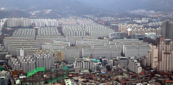 1979년 완공된 4424가구의 강남구 대치동 은마아파트. 재건축 앞길에 초과이익 환수제, 조합원 지위양도 금지 등 악재가 놓여 있다.