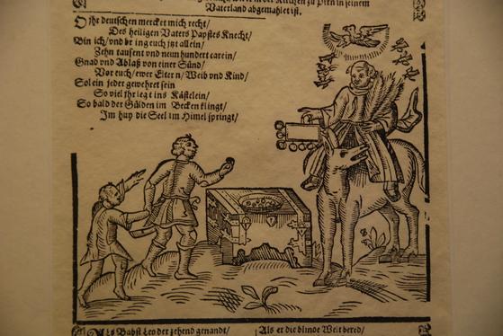 루터 당시에 그려진 면죄부 판매 모습을 담은 삽화. 면죄부를 팔고 있는 수도사의 머리 위로 성령을 상징하는 비둘기가 그려져 있다. 면죄부를 사면 죽은 이의 영혼도 연옥에서 천국으로 올라간다고 주장했다.