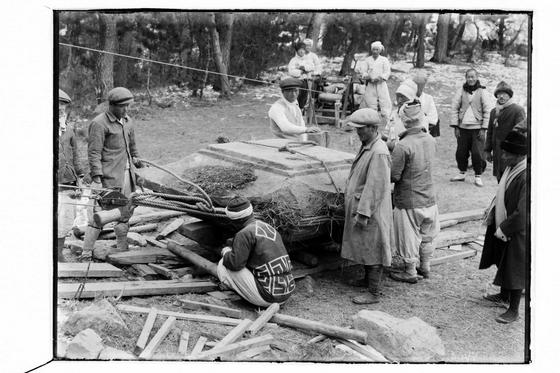 1920~30년대 원원사지 발굴, 복원 모습. 지렛대가 등장했다. [사진 경주세계문화엑스포]