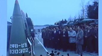 김정일 위원장이 과거에 탄도미사일 전력을 시찰하는 모습. 왼쪽은 산포(확산탄)이라고 쓰여진 스커드 미사일 탄두부. [사진 조선중앙TV]