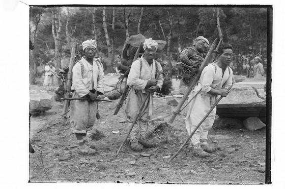 1920~30년대 원원사지 발굴, 복원 모습. 지게꾼들이 유물을 옮기고 있다. [사진=경주세계문화엑스포]
