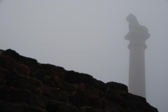 바이샬리에 있는 불교 유적지. 탑 뒤로 높이 솟아 있는 아소카 석주가 보인다. 붓다 당시 바이샬리는 자유로운 사상과 철학을 향유할 수 있는 도시였다.