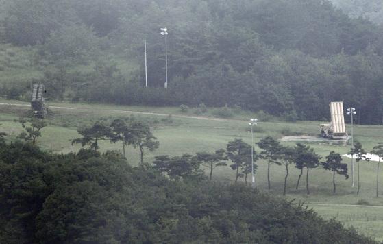 고고도미사일방어(THAADㆍ사드) 체계가 임시 배치된 경북 성주 기지에는 기존에 배치된 사드 미사일 발사대 옆에 패트리엇 미사일 1기(왼쪽)가 배치돼 하늘을 향하고 있다. 프리랜서 공정식