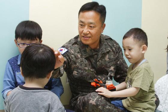 전병진 상사가 지난 어린이날 고아원을 찾아 아이들과 놀이 시간을 보내고 있다. [사진 육군5기갑여단]