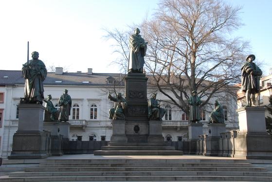 보름스의 공원 광장에 있는 종교개혁 기념비. 마르틴 루터와 얀 후스, 위클리프, 프리드리히 제후, 멜란히톤 등 종교개혁가들의 동상이 모여 있다. 암흑의 중세에 그들은 진리를 향한 밤길을 일러주는 별이었다.