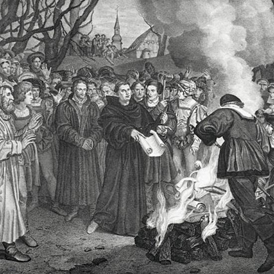 루터는 대중이 보는 공개적인 장소에서 교황의 교서를 불에 태운 뒤 교황청으로부터 파문을 당했다.