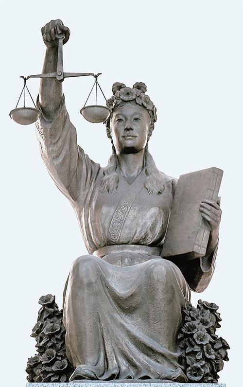 서울 대법원청사 중앙홀에 설치된 정의의 여신상. [중앙포토]