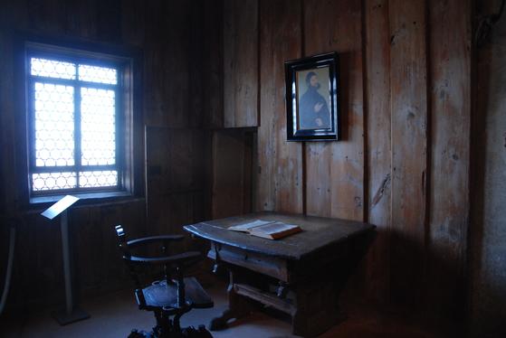 바르트부르크 성에서 루터가 숨어 지냈던 골방. 이곳에서 루터는 라틴어 성경을 독일어로 번역했다.
