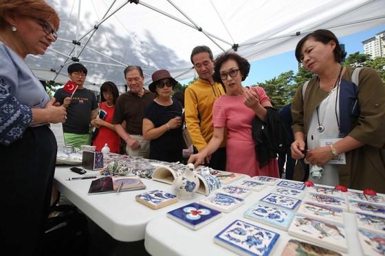 터키의 날 행사에 참가한 시민들이 터키 전통 도자기 타일 전시장을 둘러보고 있다. 오종택 기자