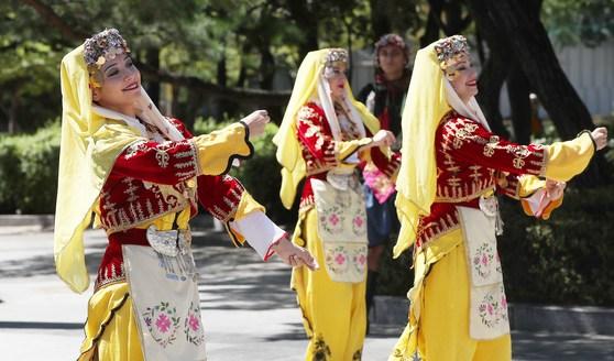 한 터키 수교 60주년을 기념하는 '터키의 날' 개막행사에서 터키 전통의상을 입은 무용단이 춤을 추고 있다. 오종택 기자