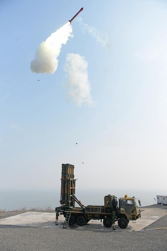 북한 미사일 요격을 위해 개발 중인 한국형미사일방어체계(KAMD)의 핵심인 중거리 지대공미사일(M-SAM·일명 철매Ⅱ) 시험발사가 지난해 2월 충남 안흥의 국방과학연구소 시험장에서 실시됐다. [사진제공=방위사업청]