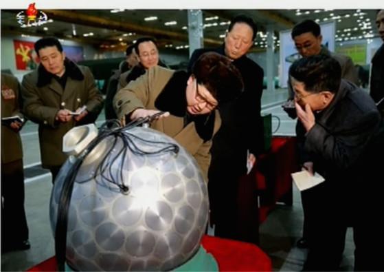 북한은 지난해 3월 핵탄두 소형화에 성공했다고 주장하면서 김정은 노동장 위원장이 소형 핵탄두를 살펴보는 모습을 노동신문을 통해 공개했다.[노동신문]
