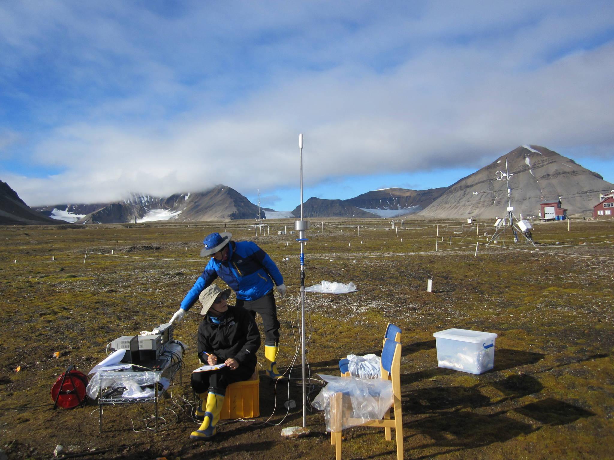 2013년 8월 이종섭 고려대 건축사회환경공학부 교수가 북극다산과학기지에서 지반 조사를 하고 있다. [이종섭 교수]