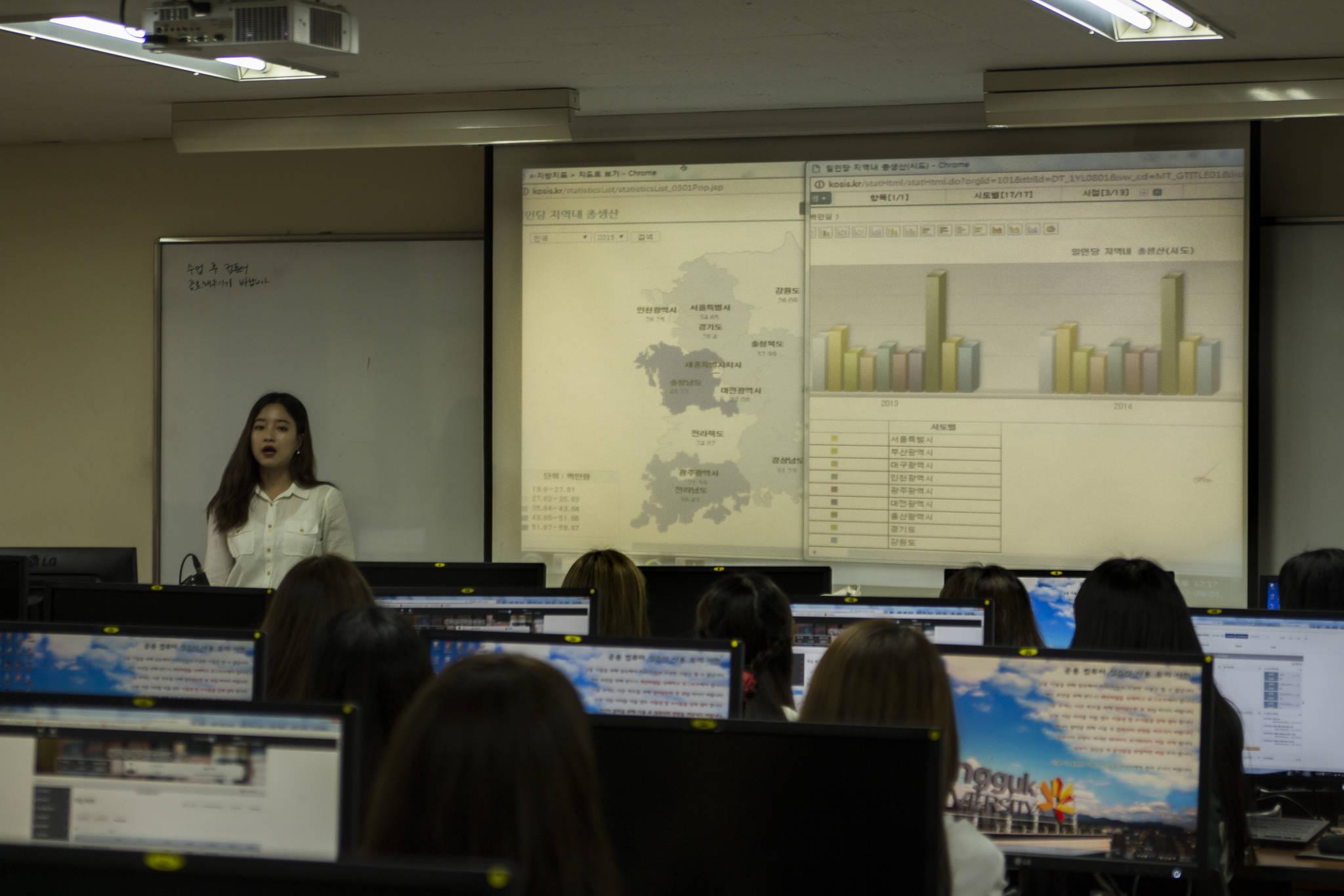 동국대(서울) 통계학과 학생들이 수업 시간에 과제를 발표하고 있다. [사진 동국대]