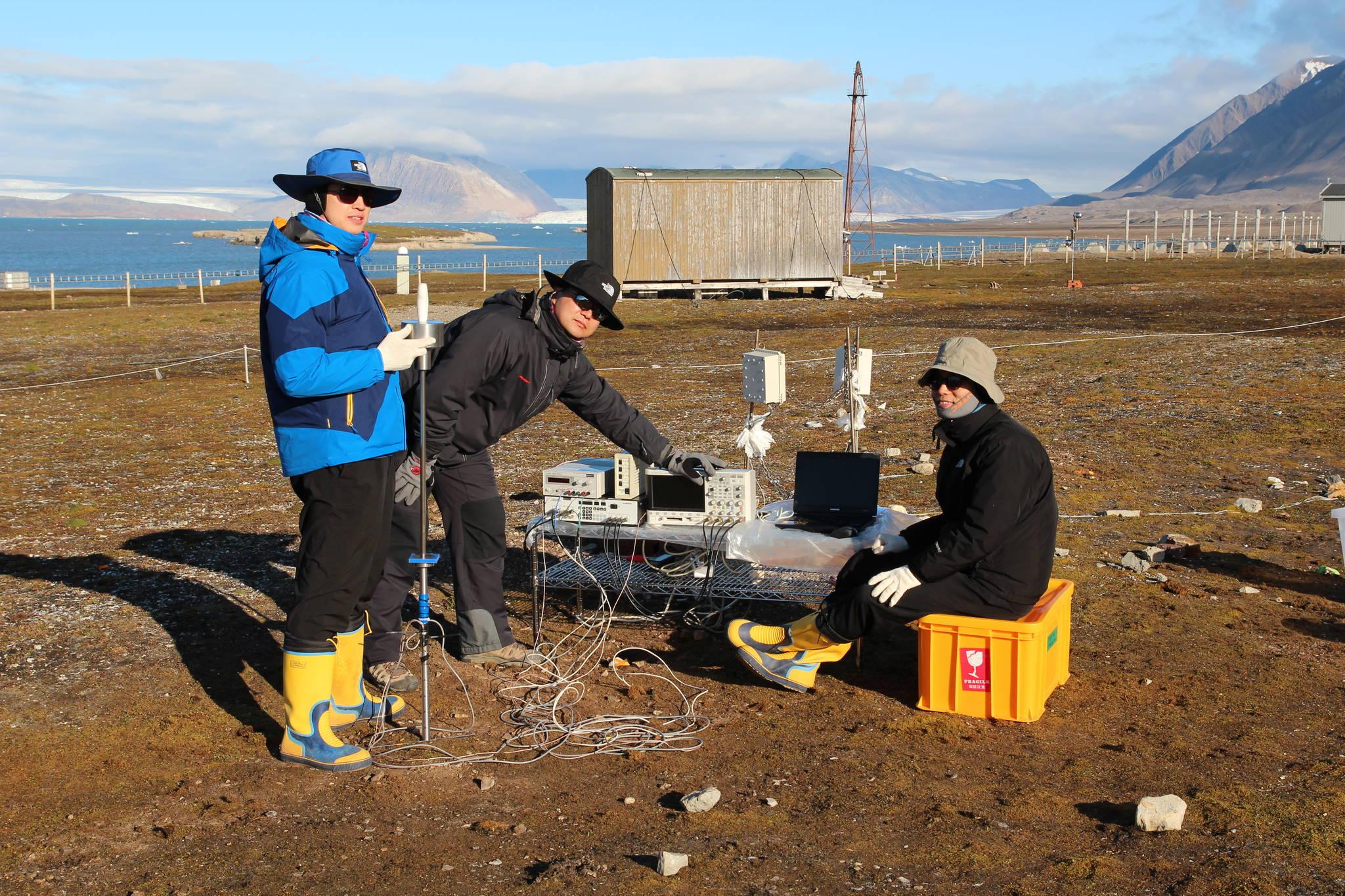 2013년 8월 이종섭 고려대 건축사회환경공학부 교수(맨 왼쪽)가 북극다산과학기지에서 지반 조사를 하고 있다. [이종섭 교수]