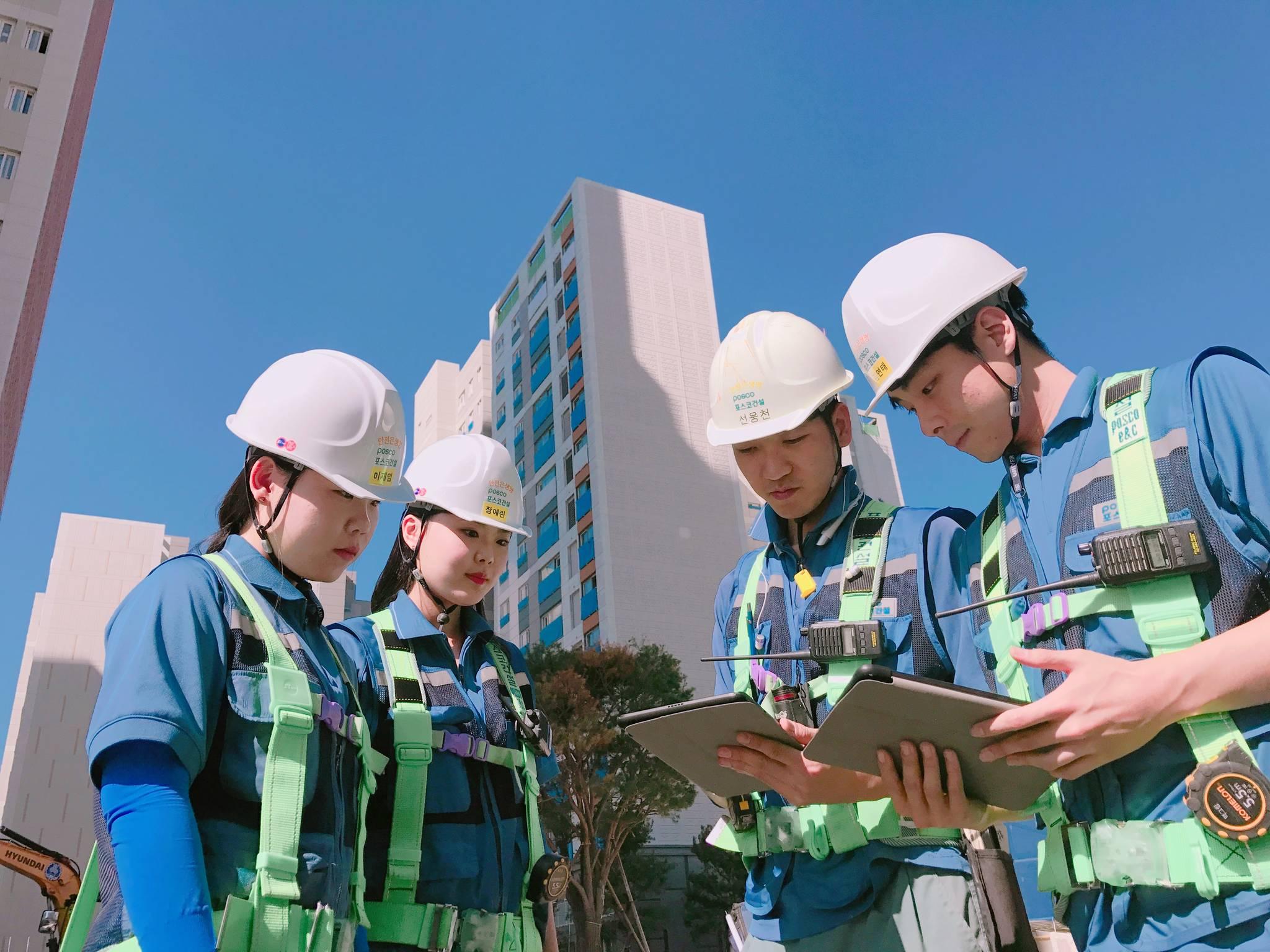 코리아텍(한국기술교육대) 디자인·건축공학부 학생들이 아파트 건설 현장에서 실습하고 있다. 이 학과는 2017 대학평가 건축공학과 평가에서 현장실습비율이 평가 대학 중 넷째로 높았다. [사진 코리아텍]