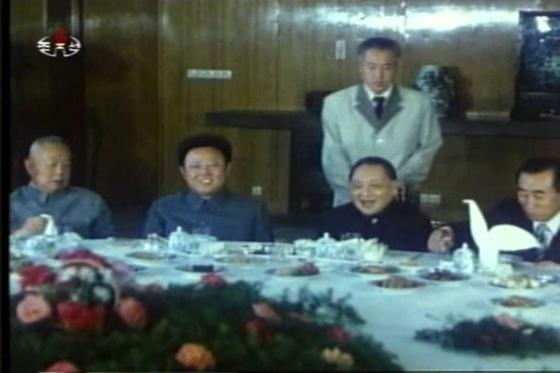 김정일 국방위원장(왼쪽에서 두번째) 이 1983년 6월 후계자 신분으로 중국을 방문해 중국 최고지도자 덩샤오핑과 식사를 하면서 얘기를 나누고 있다 . [조선중앙TV 캡처]