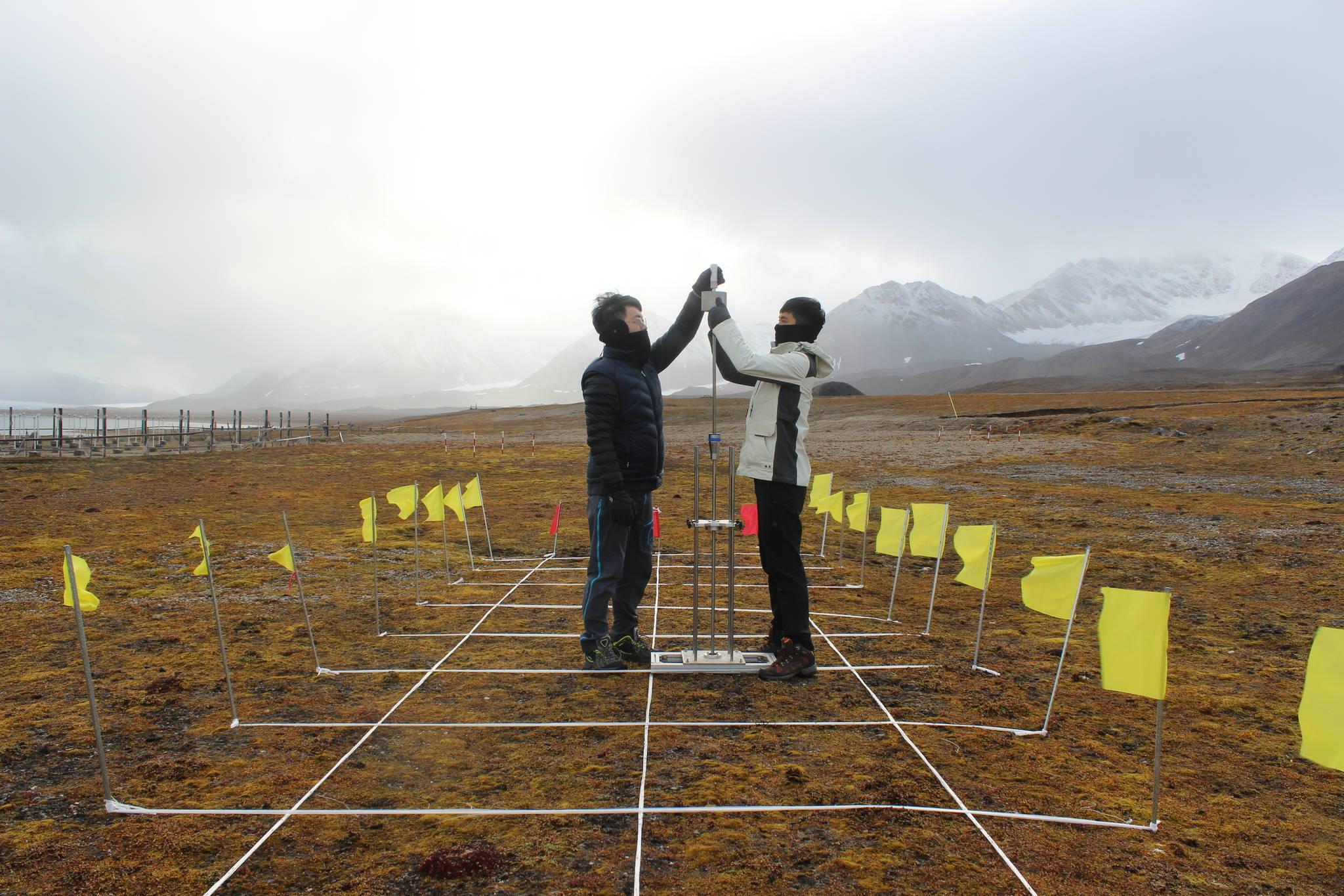 지난달 고려대 건축사회환경공학부 이종섭 교수팀의 대학원생들이 북극다산과학기지에서 지반 조사를 하고 있다. [이종섭 교수]