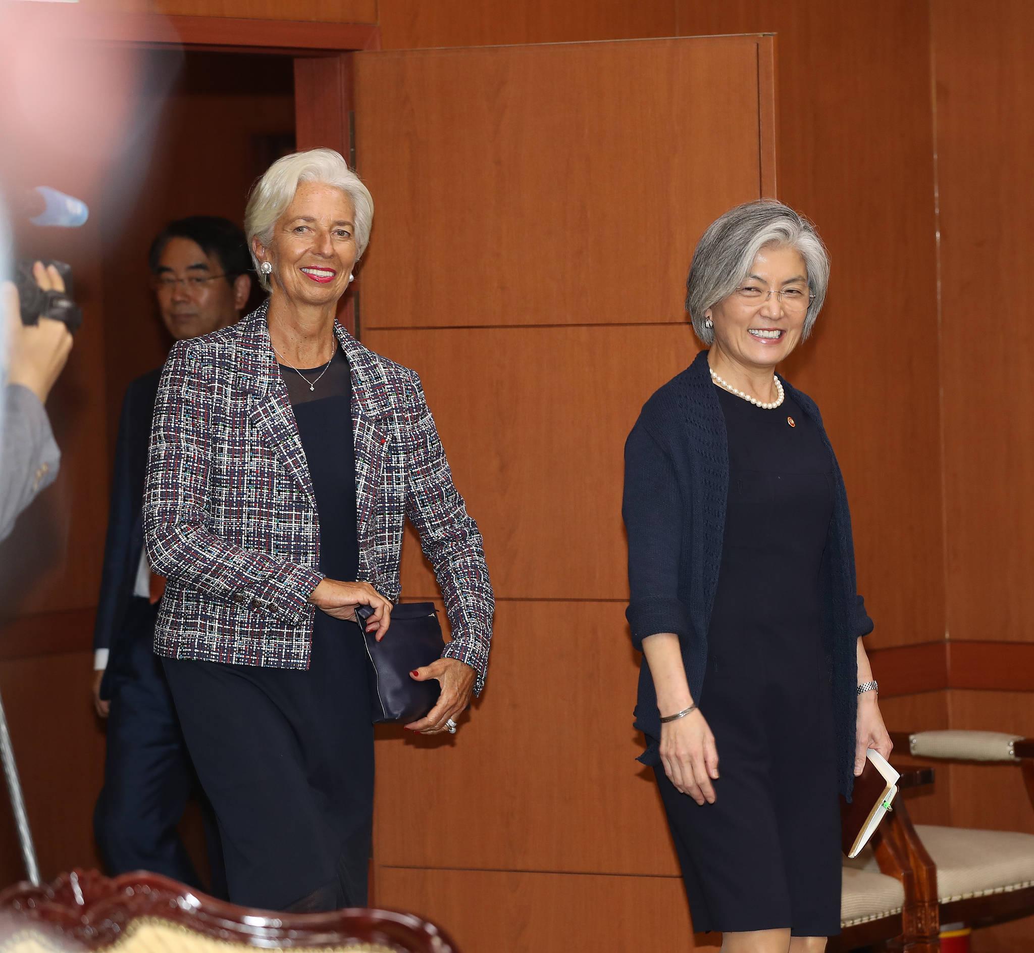 강경화 외교부 장관과 라가르드 총재가 외교부 접견실로 들어오고 있다. 우상조 기자