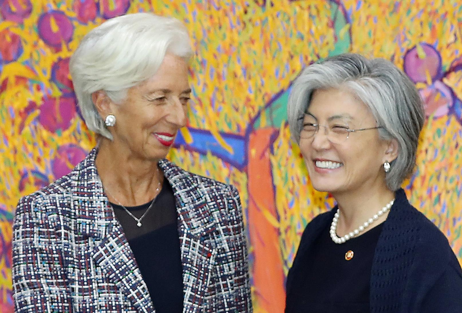 강경화 외교부 장관(오른쪽)이 8일 오후 서울 도렴동 외교부 청사에서 방한 중인 크리스틴 라가르드 국제통화기금(IMF) 총재와 만났다. 강 장관과 같은 백발의 라가르드 총재는 세계에서 가장 강력한 권한을 가진 여성 중 한 명이다. 이날 회담은 밝은 분위기로 진행됐다. 우상조 기자