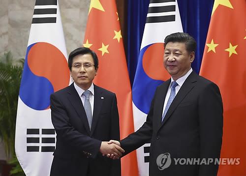 지난해 6월 29일 황교안 전 국무총리(왼쪽)가 베이징의 인민대회당에서 시진핑 국가주석을 만나 악수를 나누고 있다. [연합뉴스]