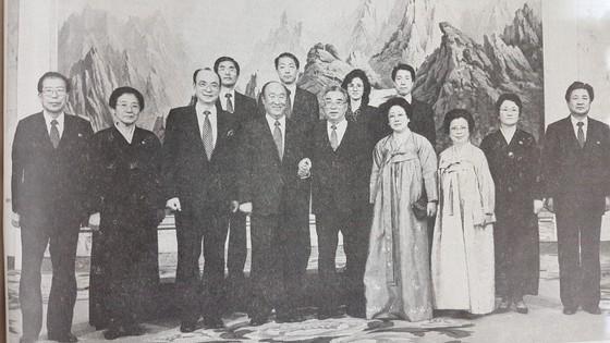 윤기복(사진 왼쪽) 대남비서가 1991년 12월 평양을 방문해 김일성을 만나는 문선명 세계평화통일가정연합 총재와 기념사진을 찍고 있다. [사진 노동신문]