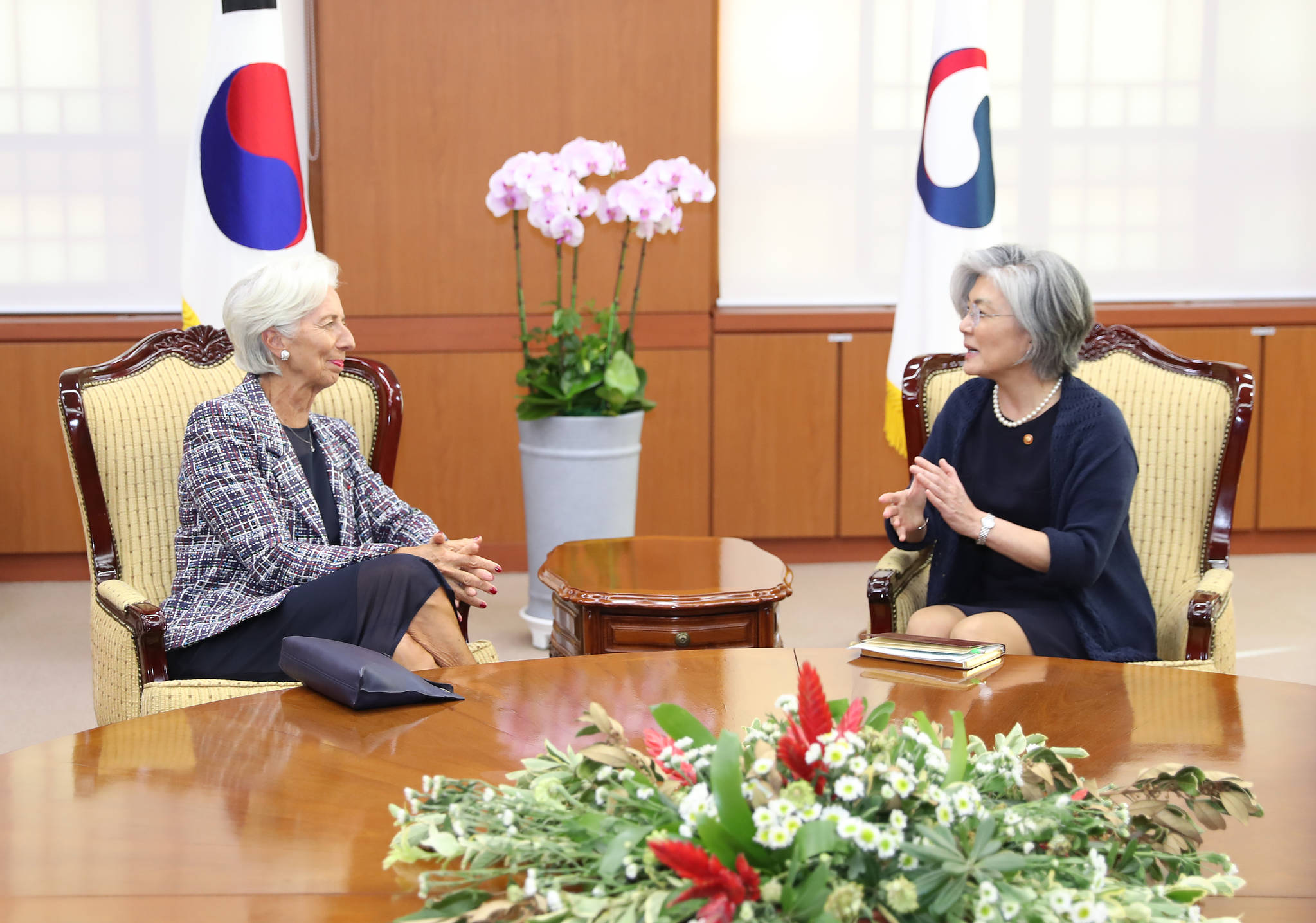 외교부 접견실에서 환담을 나누고 있는 강경화 장관과 라가르드총재. 우상조 기자