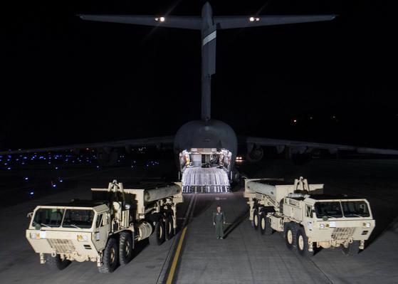 지난 3월 6일 미군 C-17 수송기가 미 본토에서 사드 체계의 일부 장비를 오산기지로 수송했다.  [사진 주한미군]