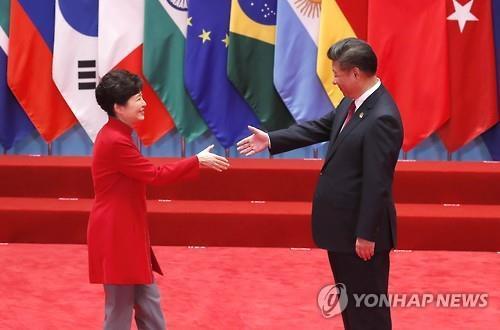 지난 2016년 9월 5일 중국 항저우에서 박근혜 전 대통령(왼쪽)이 시진핑 중국 주석과 정상회담에 앞서 악수를 하고 있다.  [연합뉴스]
