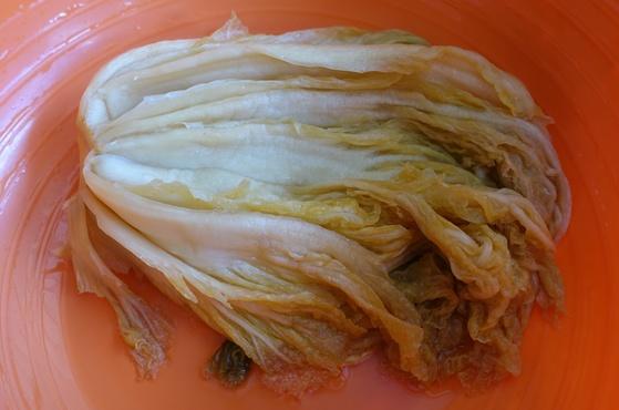 갓 꺼낸 묵은 김치를 깨끗이 씻으니 김치를 담그려고 절여놓은 듯 줄기가 생생하다.