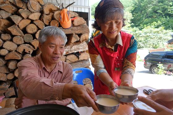 오미자농원 주인 김금식(왼쪽)·박명자 부부와 우리는 막걸리로 수인사를 했다.