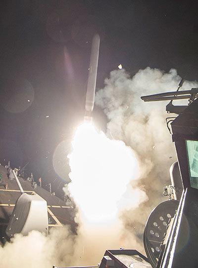 지난 4월 7일(현지시간) 지중해에서 미 해군 구축함 로스호(USS Ross)가 시리아 정부군 공군기지를 향해 토마호크 미사일을 발사하고 있다. [로이터=뉴스1]