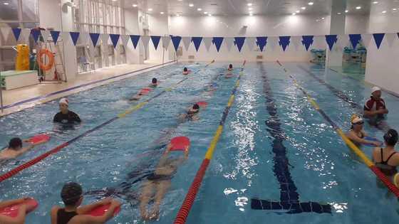 11일 오전 넥슨어린이재활병원 수영장에서 인근 주민들을 위한 수영 강습이 진행되고 있다. 수영장은 장애아를 위한 재활 시간 외에는 주민들에게 개방된다. 박정렬 기자