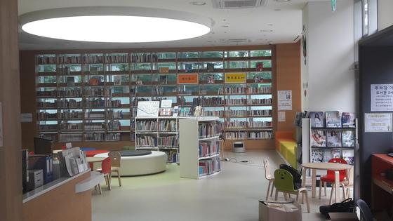 넥슨어린이재활병원에 있는 어린이도서관. 마포구민에게 개방되며 하루 50여명이 찾을 정도로 인기다. [사진 넥슨어린이재활병원]